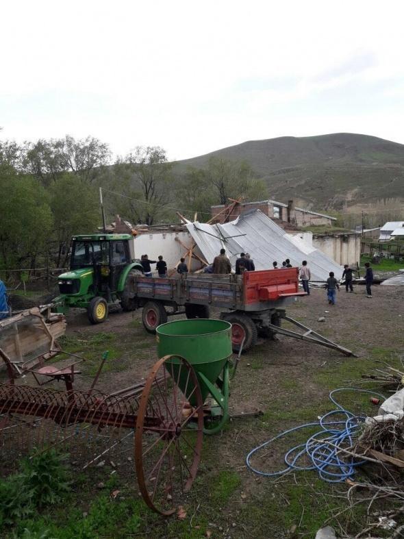 Erzurum'da şiddetli fırtına evleri yıktı