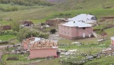Bingölde fırtına 2 kişi yaralandı, 28 ev ve ahır zarar gördü