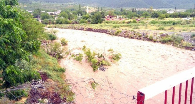 Sağanak yağış köy yoluna ulaşımı engelledi
