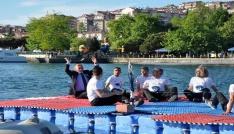 Engelliler denizin ortasında voleybol maçı yaptı