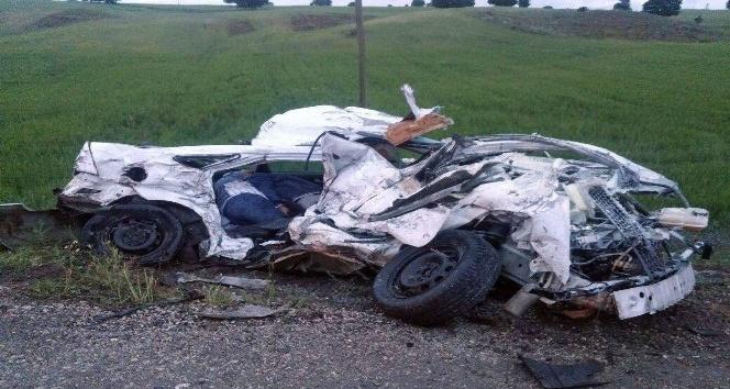 Otomobil kağıt gibi ezildi: 3 ölü, 1 yaralı