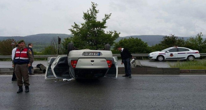 Boluda takla atan otomobilde iki kişi yaralandı
