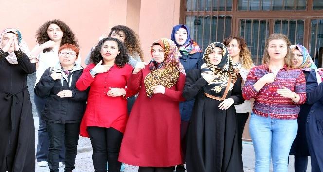 Yozgatta açılan kursta vatandaşlar işaret dili öğreniyor