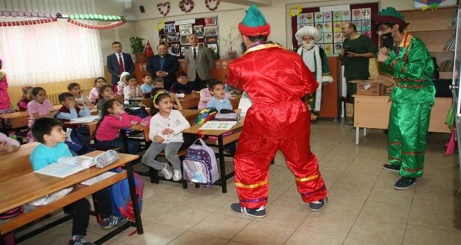 İstiklal İlköğretim Okulunda öğrencilere kitap hediye edildi
