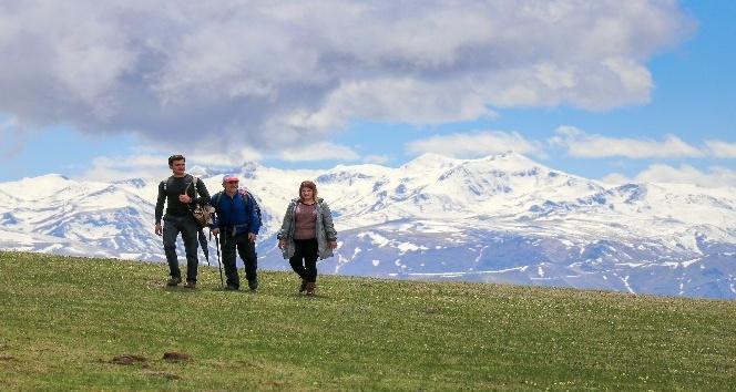 Gümüşhaneli dağcılardan bulutların üzerinde yürüyüş