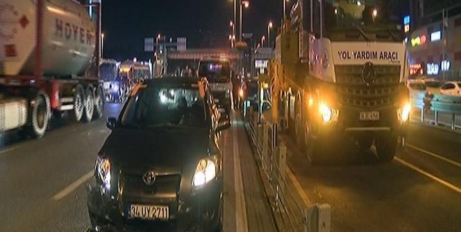 Bakırköy'de çarpışan otomobillerden biri metrobüs yoluna daldı: 1 yaralı