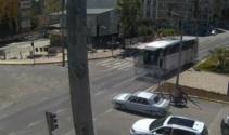Yolcu otobüsü otomobile böyle çarptı