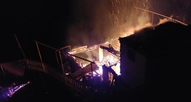 Rize çayelinde yangın... 3 ahşap ev kullanılmaz hale geldi