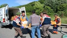 Lastiği değiştirmek için emniyet şeridinde bekleyen tıra otomobil çarptı: 4 ölü