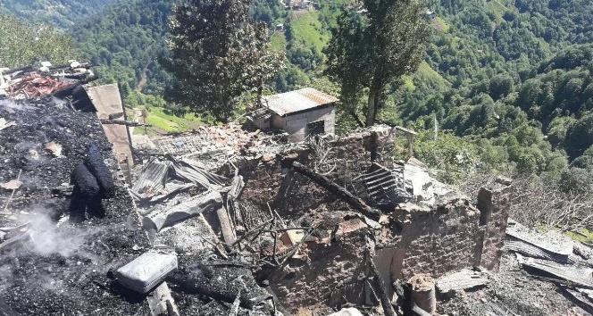 Rize Çayelindeki yangında 150 yıllık tarihi 3 ev kül oldu