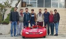 Üniversite öğrencileri çocuk karyolasından araba yaptı