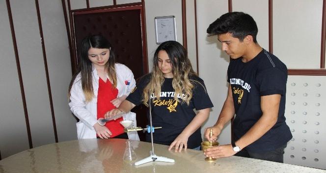 (Özel Haber) Öğretmenlerinin annesi için çörek otu ile kemoterapi kürünü azalttılar, yarışmada dünya ikincisi oldular