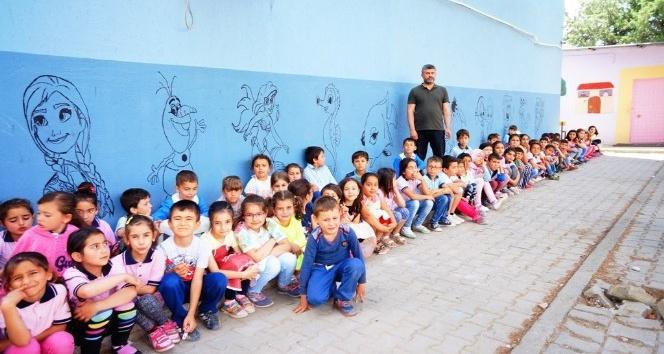 Hayallerindeki kahramanları okul duvarlarına çizdiler