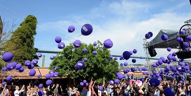 Mor balonlar, tiroid farkındalığı için gökyüzünde