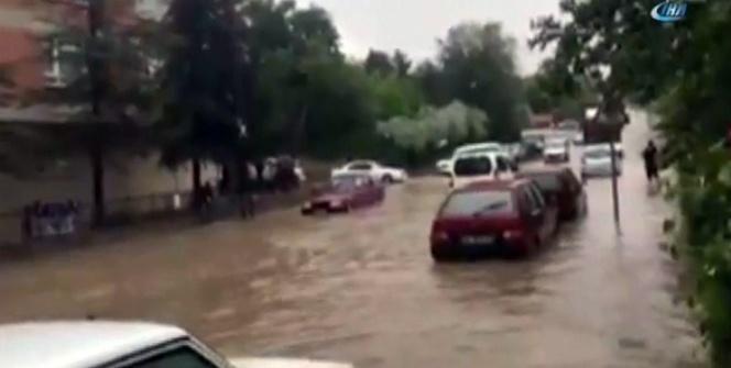 Ankara'da sağanak yolları göle çevirdi