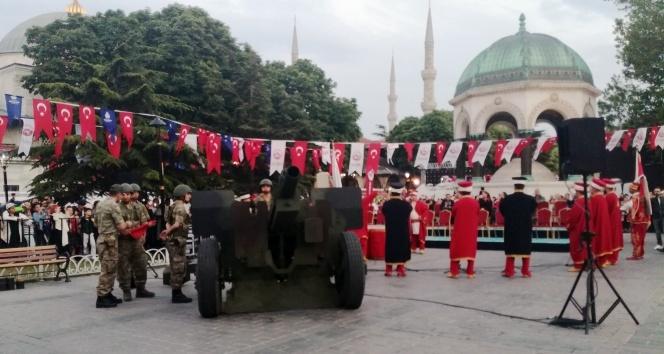 Sultanahmette 30 bin kişi top atışıyla ilk oruçlarını açtı