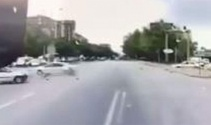 Kırmızı ışıkta meydana gelen kaza araç kamerasına yansıdı