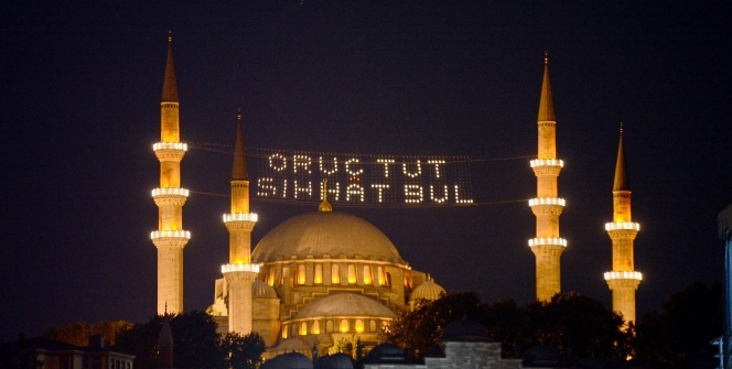 İstanbul'un minareleri mahyalarla süslendi