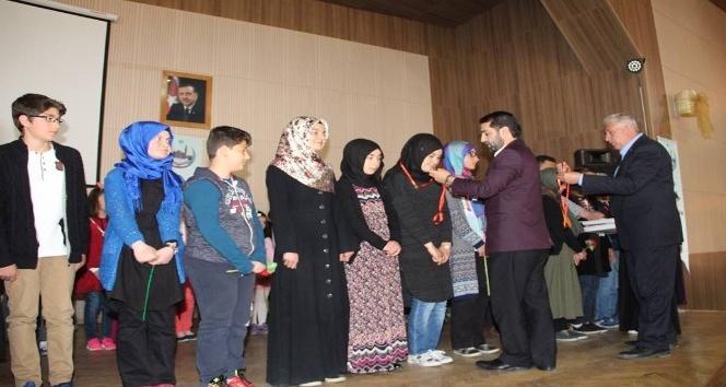 Siyer-i Nebi yarışmasında dereceye giren öğrenciler altın ile ödüllendirildi
