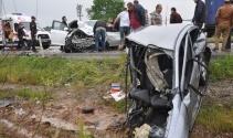 Paramparça olan araçtan sağ kurtuldu