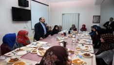 Vali İsmail Ustaoğlu, Kız İmam Hatip Lisesi öğrencileriyle iftarda buluştu