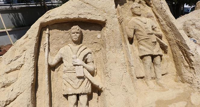Kumdan dev heykeller büyülüyor