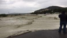 Şiddetli yağış otoyolu kapattı