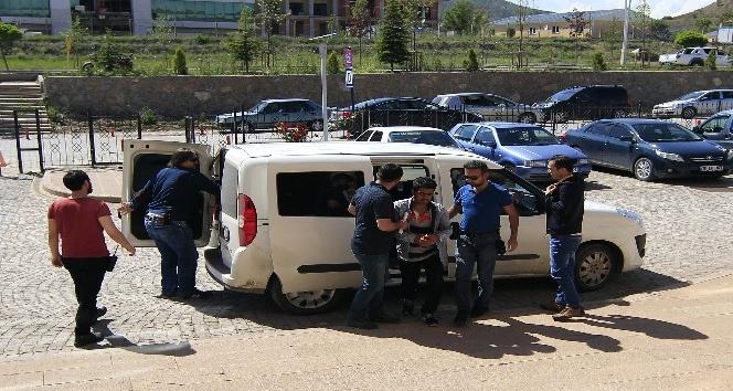 İranlı genç, ev arkadaşını bıçakla ağır yaraladı