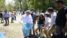 Vali Kaymak, Çevre Gününde öğrencilerle çöp topladı