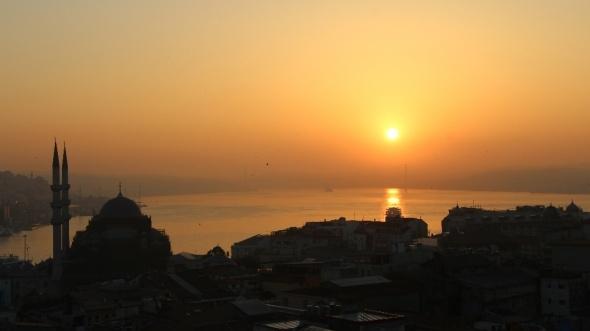 İstanbul'da gün doğumu mest etti