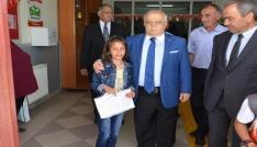 Vali Necati Şentürk, karne sevincine ortak oldu