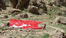 Trabzonlu vatandaş Mehmetçiğe moral için Kato Dağına Türk bayrakları çekti