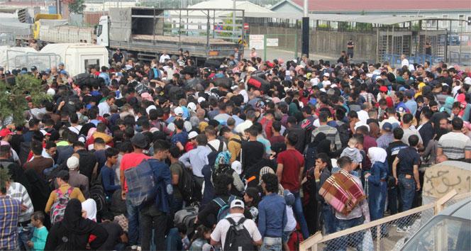 Suriyelilerin sınırda bayram izdihamı