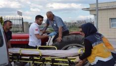 Rahatsızlanan yaşlı adam traktörle hastaneye geldi