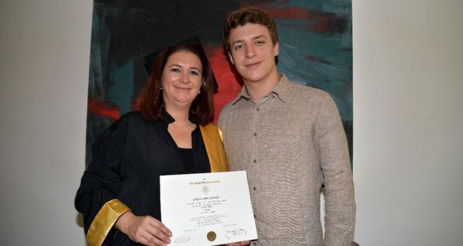 Oğluyla aynı yıl mezun oldu