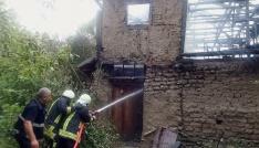 Tosyada çıkan yangın iki katlı evi kül etti