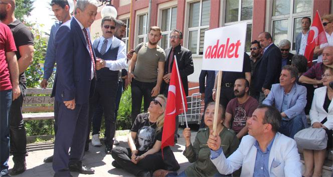 CHP'li vekil Özcan, adliye bahçesinde oturma eylemi yaptı