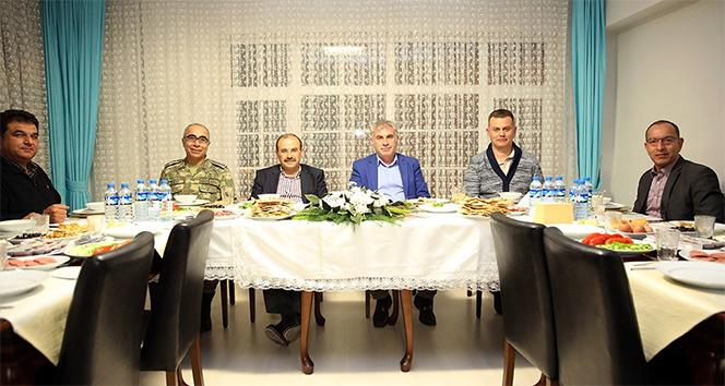 Vali Ustaoğlu, sahuru emniyet personeliyle birlikte yaptı