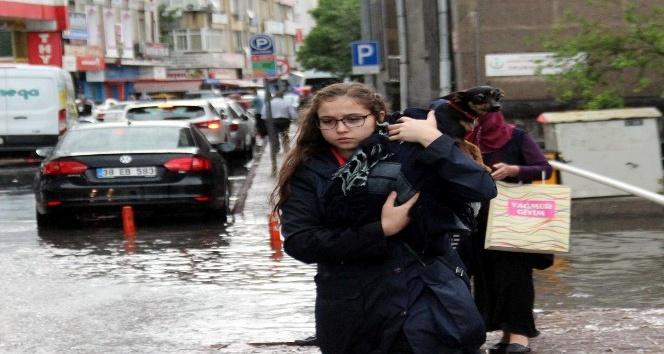Kayseri'de yağmur yağdı yollar göle döndü