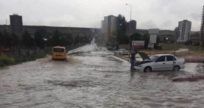 Kayseride yağmur yağdı yollar göle döndü