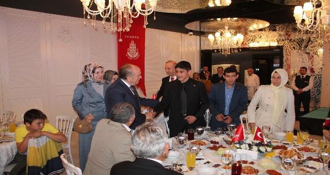 Kadir Topbaş, 15 Temmuz şehit yakınları ve gazileri iftar sofrasında ağırladı