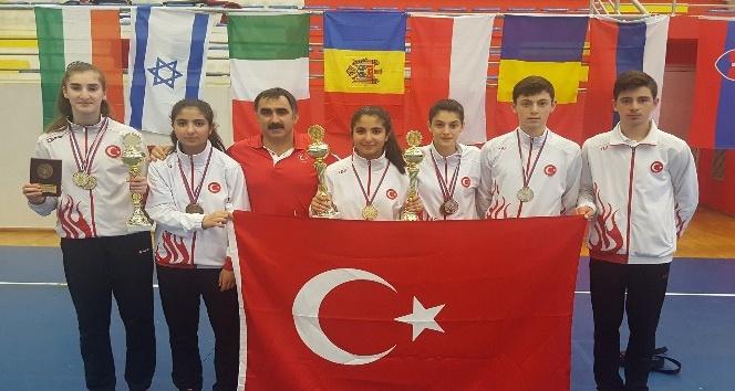Erzincanlı badmintoncular Sırbistan'dan madalyayla döndü