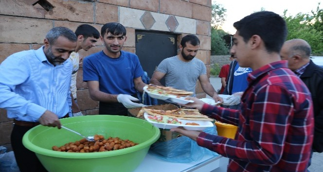 Varto Müftülüğünden çocuklara iftar yemeği