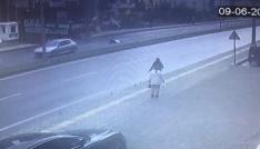Yolun karşısına geçmeye çalışırken otomobil böyle çarptı