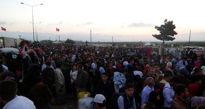 Binlerce Suriyeli ülkelerine gitmek için geceden kuyruğa girdi