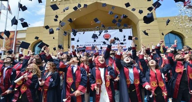 Hukuk Fakültesinde mezuniyet coşkusu