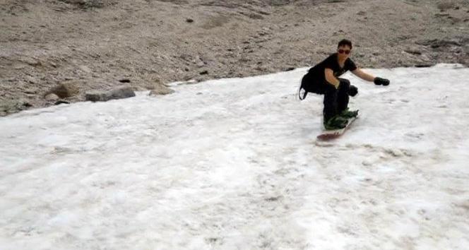 Haziran'da tişörtle snowboard keyfi
