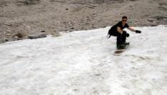 Haziranda tişörtle snowboard keyfi