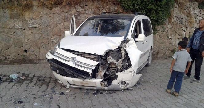 Beytüşşebapta zırhlı araç ile otomobil çarpıştı: 3 yaralı