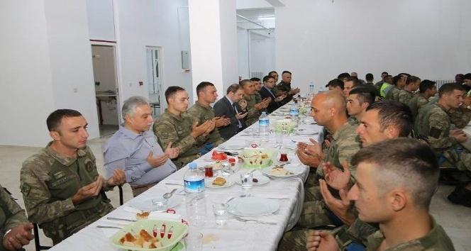 Vali Toprak askeri personelle iftar yaptı